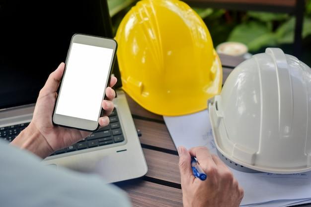 Homem usar capacete de computador telefone inteligente móvel na mesa