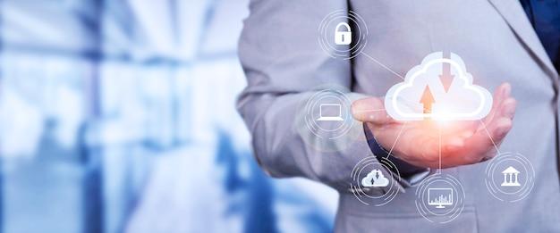Homem usar laptop com diagrama de computação em nuvem show disponível. tecnologia em nuvem. armazenamento de dados. conceito de serviço de rede e internet. foto de alta qualidade