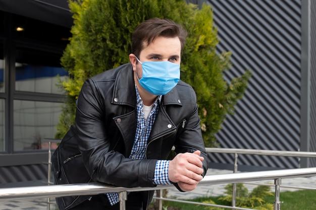 Homem usar máscara protetora contra doenças infecciosas e gripe. conceito de cuidados de saúde.