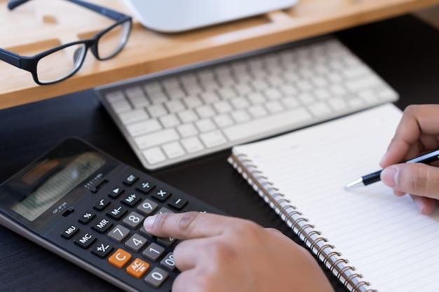 Homem, uso, calculadora, fazer, nota, com, calcule, aproximadamente, custo, em, escritório