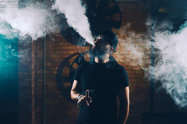 Homem vaping um cigarro eletrônico