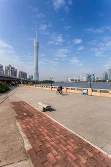 Homem velho, bicicleta equitação, ligado, rua cidade, guangzhou, china