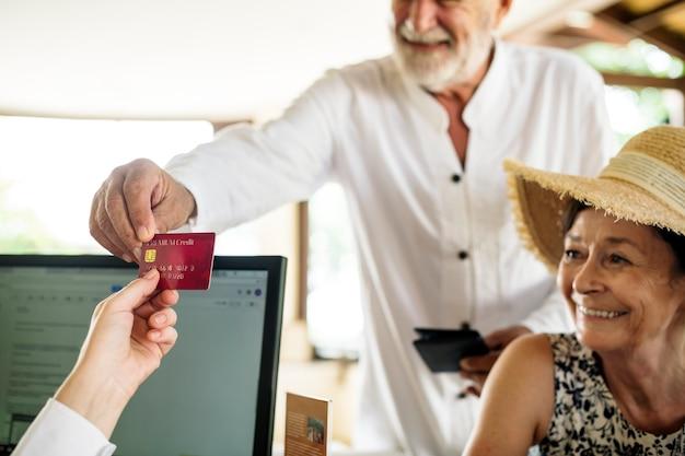 Homem velho, dar, cartão crédito, para, recepcionista