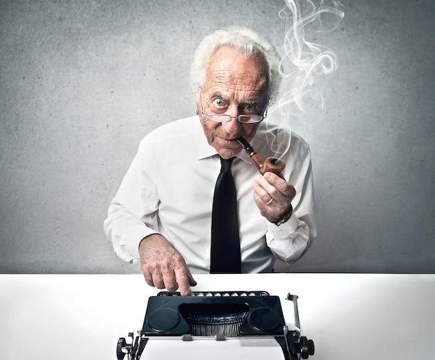 Homem velho, digitando, ligado, um, antigas, máquina escrever
