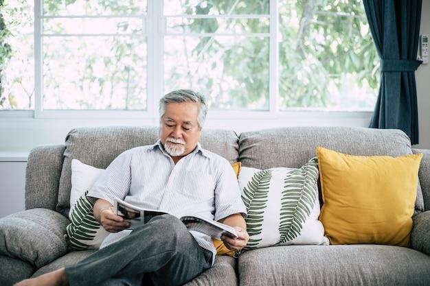 Homem velho, leitura, em, sala de estar