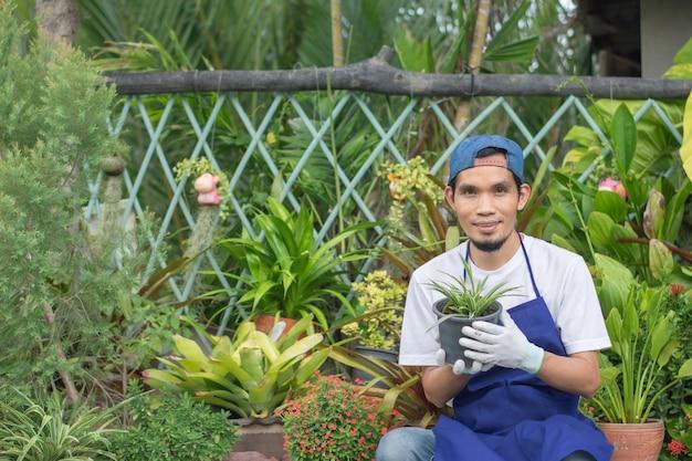 Homem vende jardim de plantas em loja