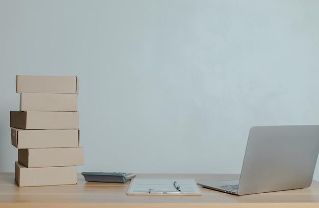 Homem vendendo online em casa ideias para pequenas empresas