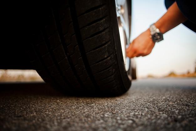Homem verificando a roda