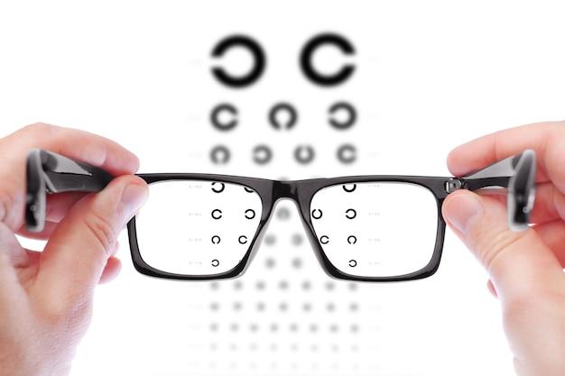 Homem, verificando a visão com óculos novos
