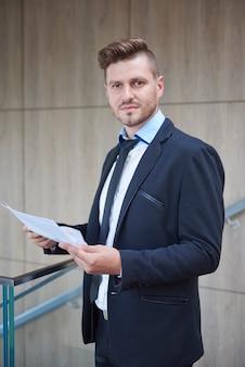 Homem verificando alguns documentos importantes