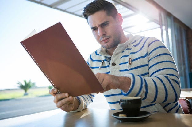 Homem verificando o menu