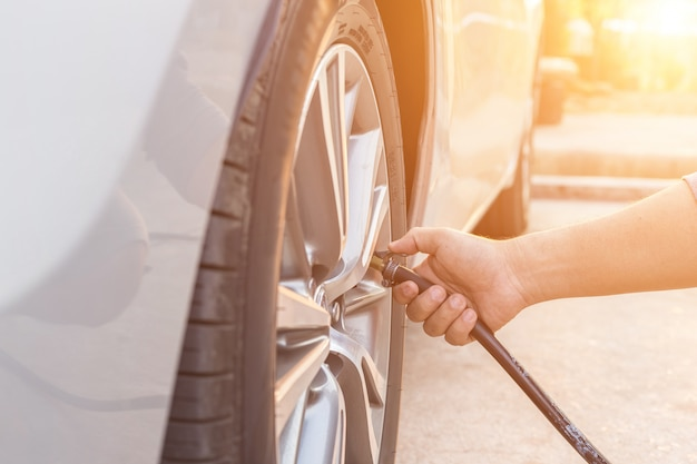 Homem, verificar, pressão ar, e, ar enchendo, para, a, pneus, de, seu, car