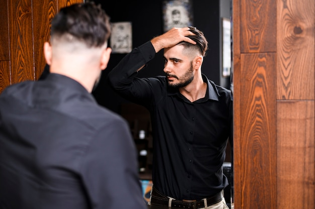 Homem, verificar, seu, novo, corte cabelo, em, um, espelho
