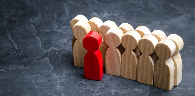 Homem vermelho saindo da multidão. a pessoa escolhida entre outros. um trabalhador talentoso.
