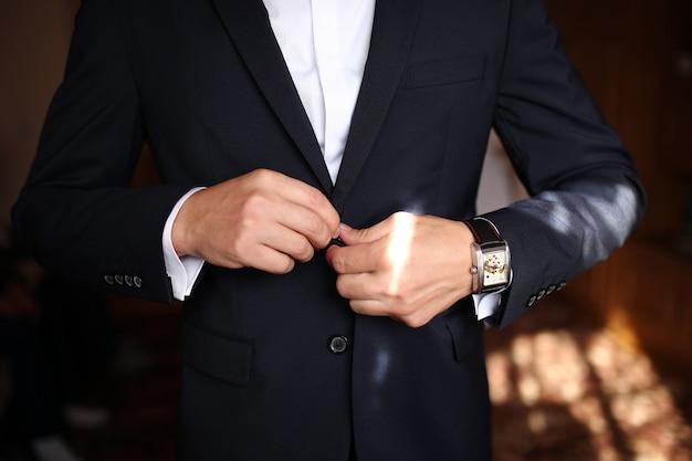Homem vestido afiado, vestindo jaqueta e gravata borboleta