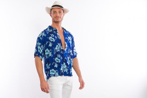 Homem vestido com camisa havaiana