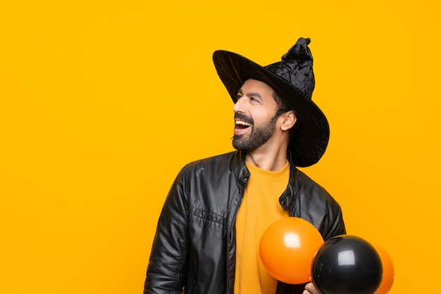 Homem vestido como assistente de halloween