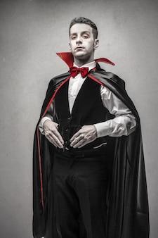 Homem vestido como drácula