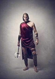 Homem vestido como um guerreiro