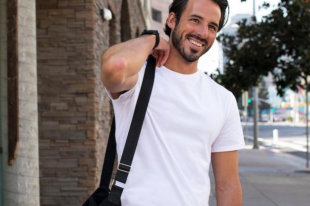 Homem vestido de maneira casual indo para a sessão de fotos ao ar livre