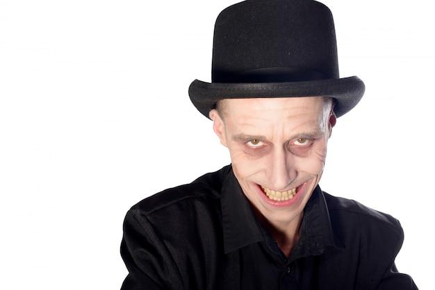 Homem vestido de vampiro para o halloween