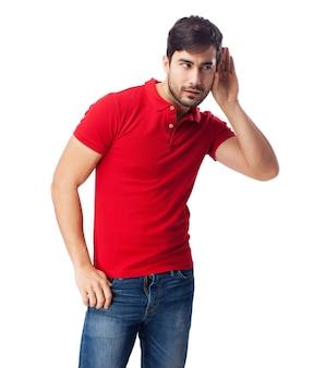 Homem vestido de vermelho que faz não escutando