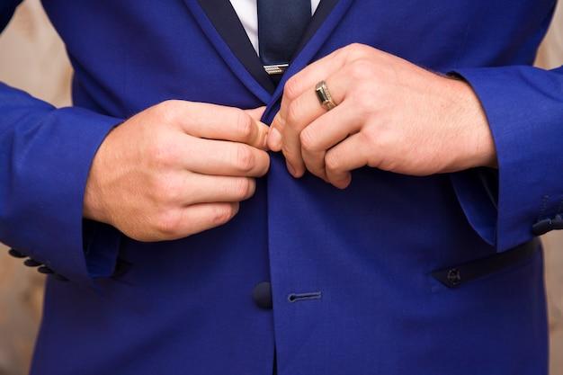 Homem, vestido, em, terno azul, e, camisa branca