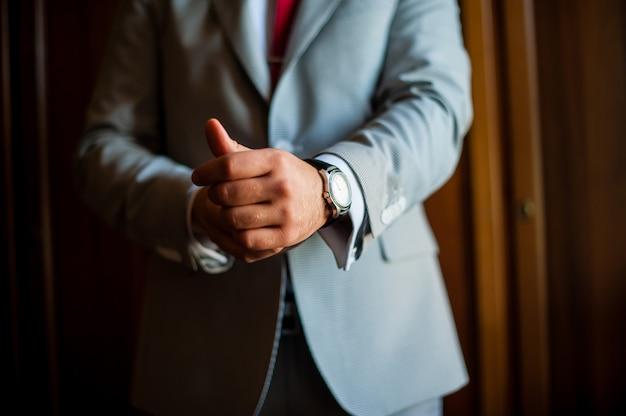 Homem vestido relógios, jaqueta. o negócio