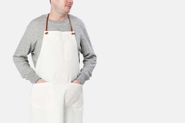 Homem vestindo avental bege, close-up