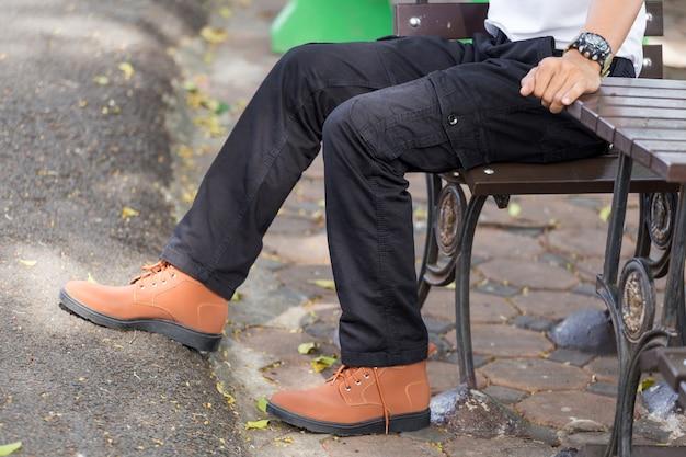 Homem vestindo calça cargo preta e em pé no parque natural