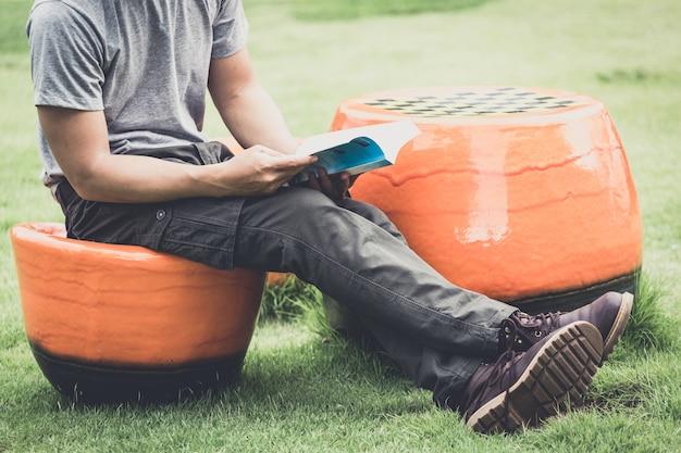 Homem vestindo calças cargo e lendo o livro