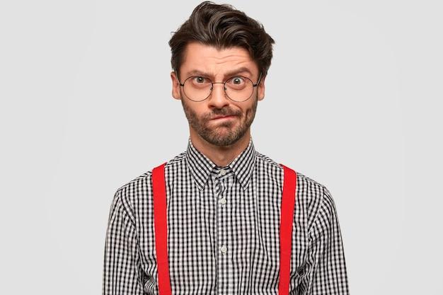 Homem vestindo camisa xadrez e suspensórios vermelhos