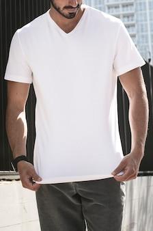 Homem vestindo camiseta branca casual na sessão de fotos de roupas da cidade
