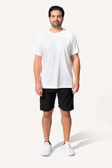 Homem vestindo camiseta branca mínima