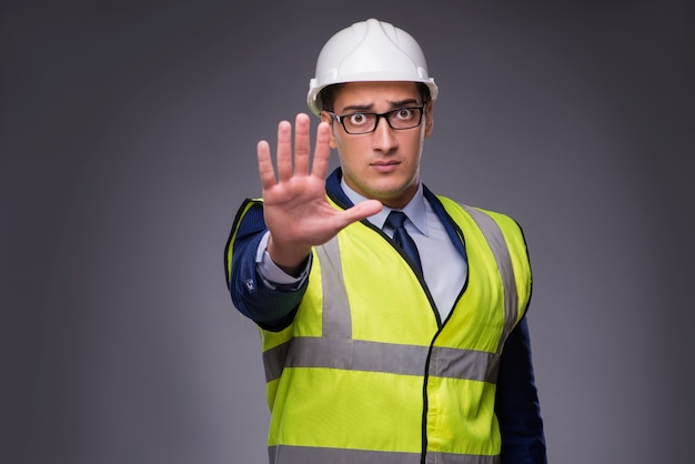 Homem vestindo capacete e colete de construção