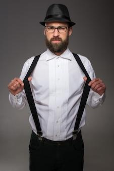 Homem vestindo chapéu suspensórios gravata borboleta