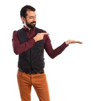 Homem vestindo colete apresentando algo