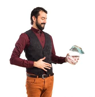 Homem vestindo colete com frasco de vidro com doces por dentro