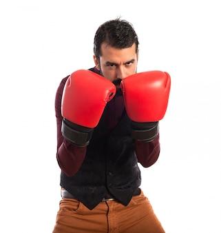 Homem vestindo colete com luvas de boxe