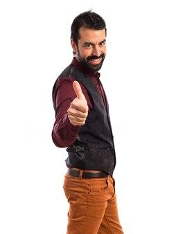Homem vestindo colete com polegar para cima