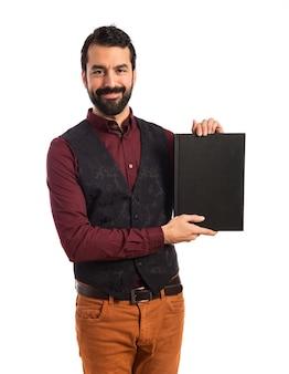 Homem vestindo colete de vestuário