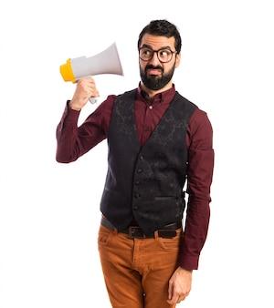 Homem vestindo colete gritando por megafone