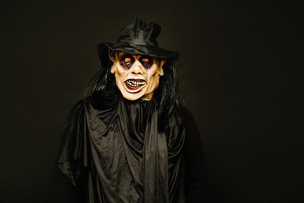 Homem vestindo fantasia de halloween assustador