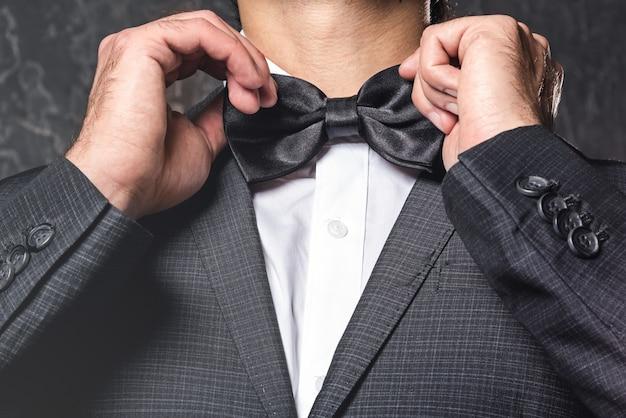 Homem vestindo gravata borboleta