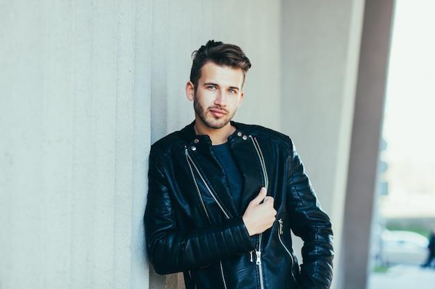 Homem vestindo jaqueta de couro preta