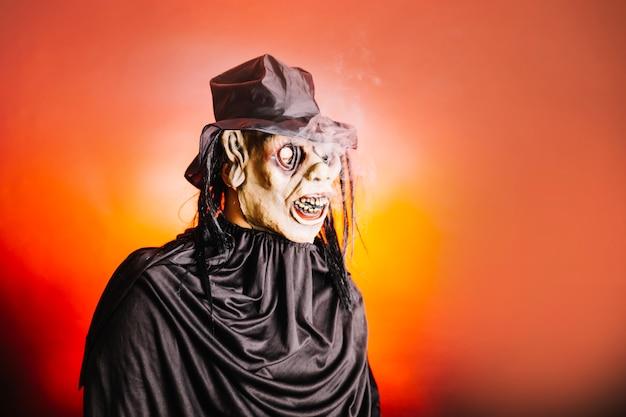 Homem vestindo máscara de halloween