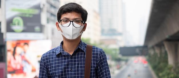Homem vestindo máscara respiratória n95 proteger e filtrar pm2.5