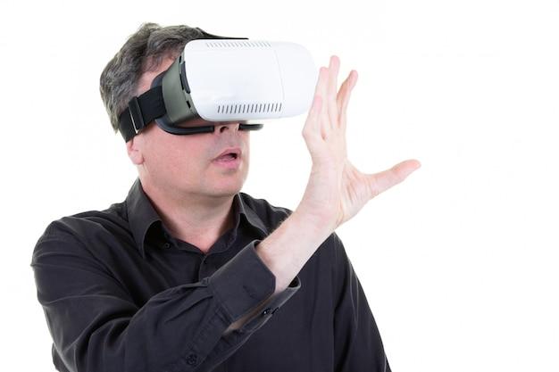 Homem vestindo óculos de realidade virtual com smartphone usando com vr fone de ouvido eu