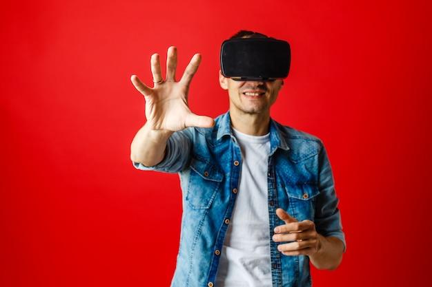 Homem vestindo óculos de realidade virtual em fundo vermelho