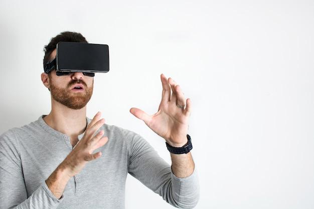 Homem vestindo óculos de realidade virtual